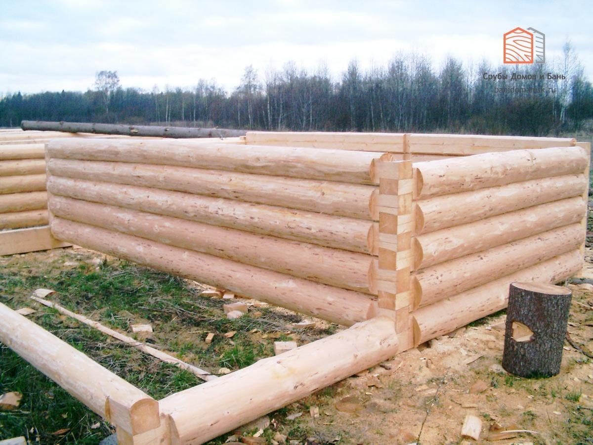 Очередной сруб баньки «в лапу» полулафет с выносом бревна под веранду. Сруб для Одинцово Московской области